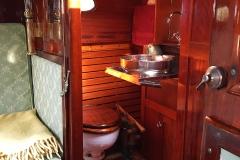 Toalett med utfällt handfat